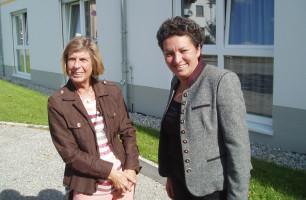 Mit Erika Mitterhuber vor dem Seniorenwohnheim