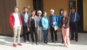 Die Gruppe vor dem Seniorenwohnheim der Modest Mitterhuber Stiftung